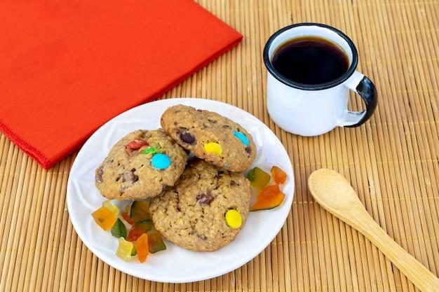 コーヒーとおいしいカラフルなチョコレートチップクッキー