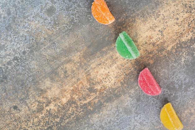 Deliziosa marmellata di arance colorate su sfondo marmo. foto di alta qualità