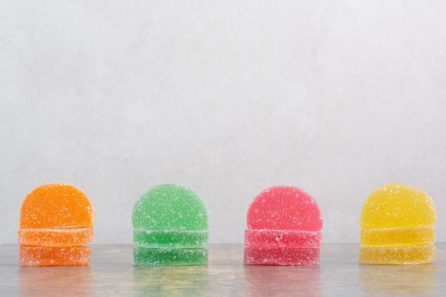 대리석 배경에 맛있는 다채로운 마멀레이드. 고품질 사진