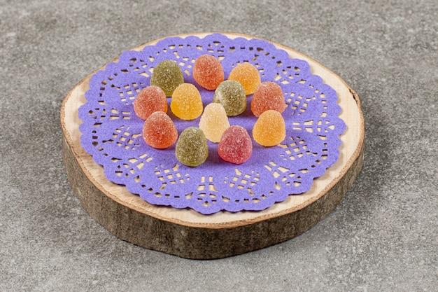 木の板の上に、おいしいカラフルなマーマレード。