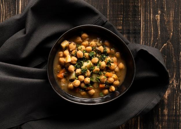 그릇에 맛있는 요리 콩