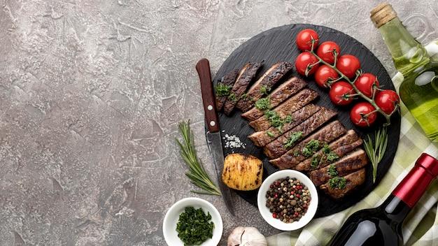Вкусное приготовленное мясо с соусом