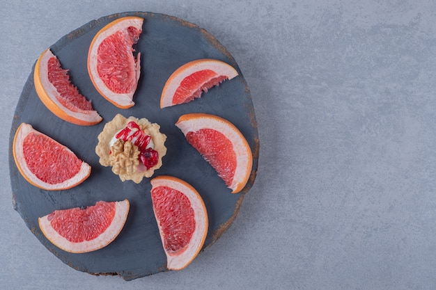 Delicious cookie with grapefruit slices on wooden board