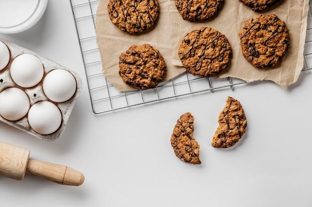 Deliziosi biscotti su carta da forno