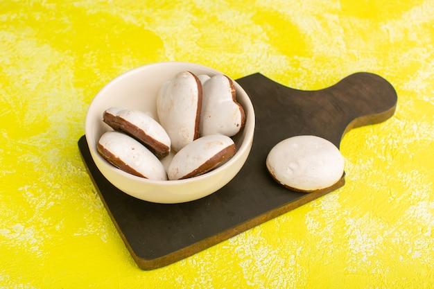 Deliziosi biscotti all'interno della piastra su giallo