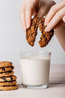 おいしいクッキーと牛乳のガラス