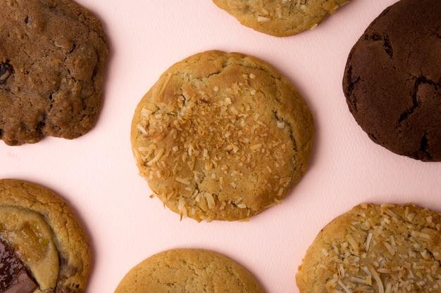 ピンクの背景においしいクッキー