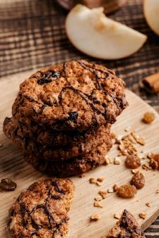 木の板のおいしいクッキーをクローズアップ