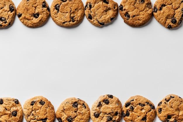 Deliziosi biscotti in fila con copia spazio