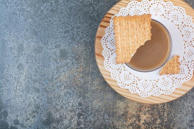 Вкусное печенье с ароматной чашкой кофе на мраморном фоне. фото высокого качества
