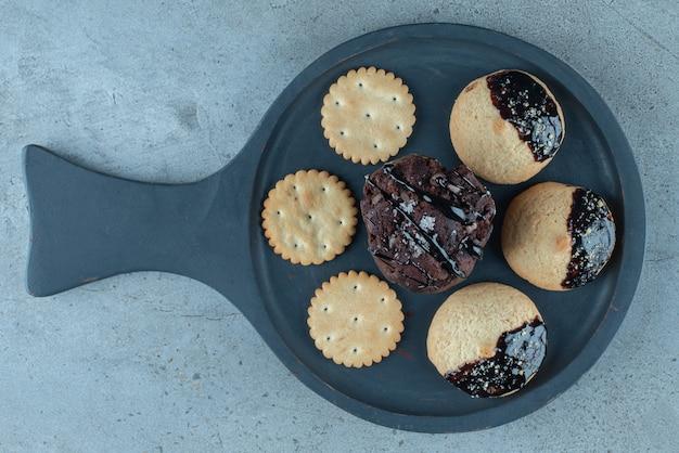 Deliziosi biscotti con glassa di cioccolato e codette.