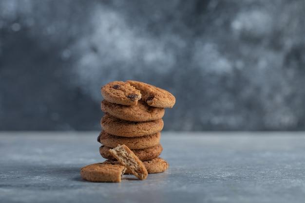 Deliziosi biscotti al cioccolato su sfondo grigio.