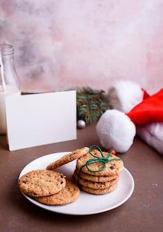 흰색 접시에 초콜릿 맛있는 쿠키