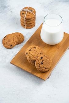 木製のまな板にチョコレートを入れたおいしいクッキー。