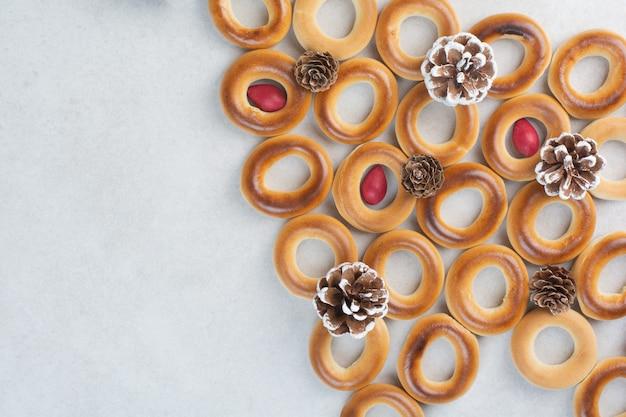 Вкусное печенье с рождественскими шишками на белом фоне. фото высокого качества