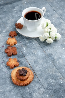 一杯のコーヒーと灰色の机、クッキーシュガービスケットスウィートとおいしいクッキー