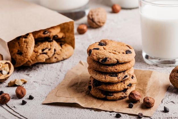 Deliziosi biscotti con un bicchiere di latte
