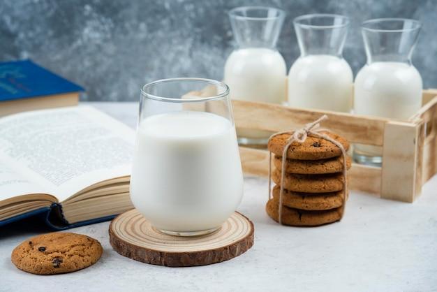 우유와 책의 유리와 함께 맛있는 쿠키.