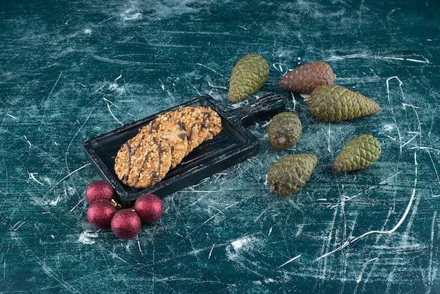 솔방울과 크리스마스 공이 있는 맛있는 쿠키. 고품질 사진
