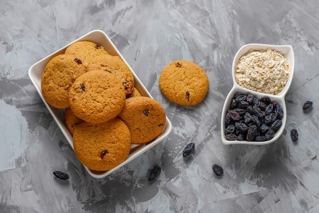 Deliziosi biscotti con uvetta e farina d'avena, vista dall'alto