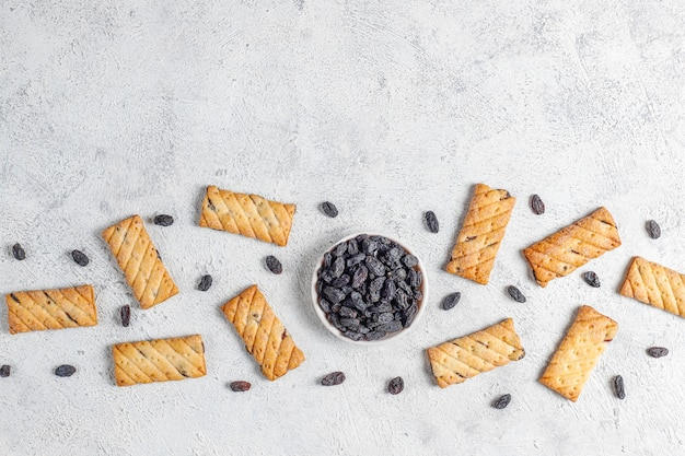 Вкусные печенья с изюмом, вид сверху