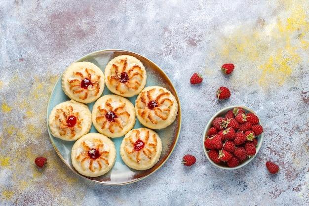 Вкусное печенье с малиновым вареньем и свежей малиной.