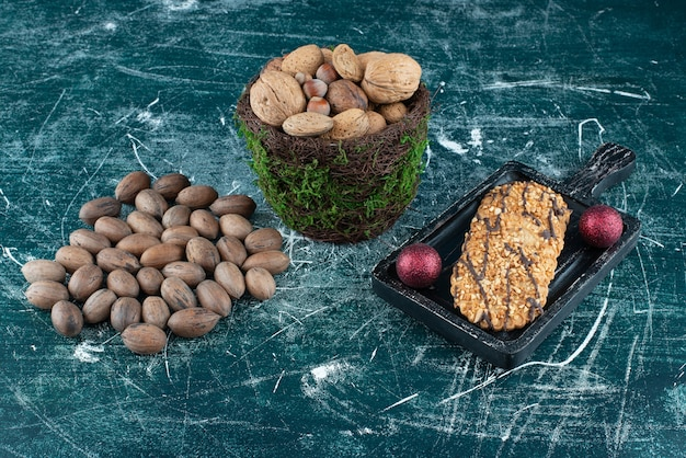 다양한 견과류와 크리스마스 공이 있는 맛있는 쿠키. 고품질 사진