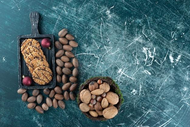 Deliziosi biscotti con varie noci e palline di natale. foto di alta qualità