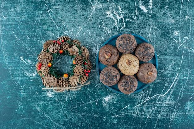 Deliziosi biscotti con una corona di fiori su marmo.