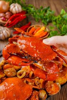 カニのインドネシアのシーフード料理、パダンソースを使ったおいしいカニ