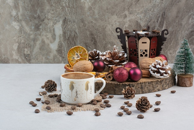 맛있는 크래커와 나무 접시에 커피 한잔. 고품질 사진