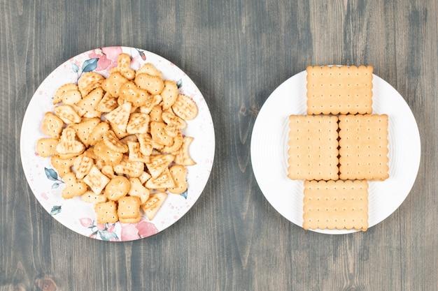 Deliziosi cracker e biscotti su piatti bianchi. foto di alta qualità