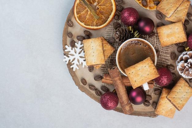 Deliziosi cracker e tazza di caffè sul piatto di legno. foto di alta qualità