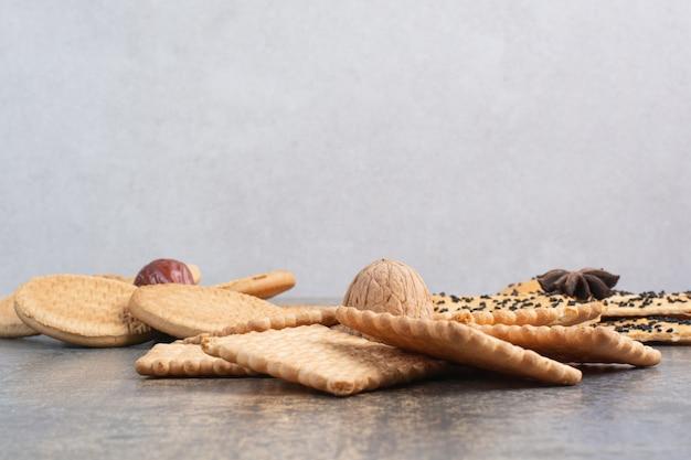 大理石の背景にナッツとスターアニスのおいしいクラッカー。高品質の写真