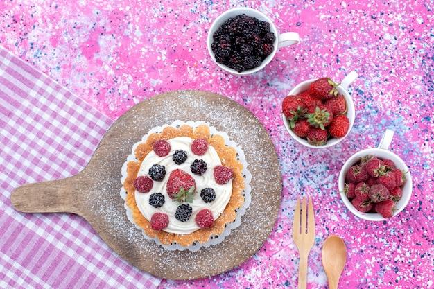 Deliziosa torta cremosa con frutti di bosco freschi su luce intensa, frutti di bosco freschi, dolci e acidi