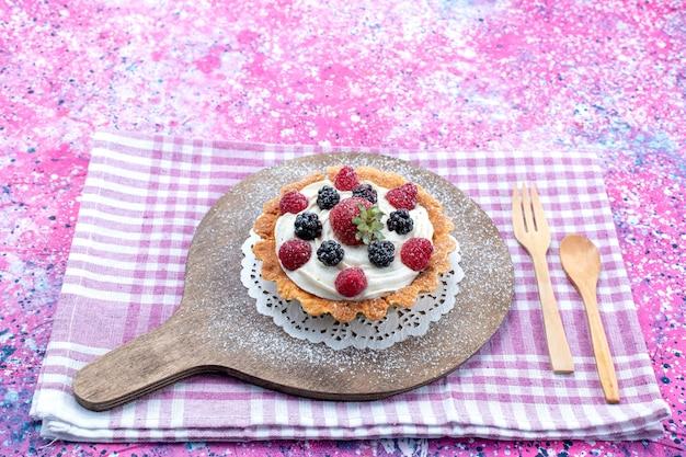 明るい光の中で新鮮なベリーとおいしいクリーミーなケーキ、ベリーフルーツの色新鮮な写真酸っぱい