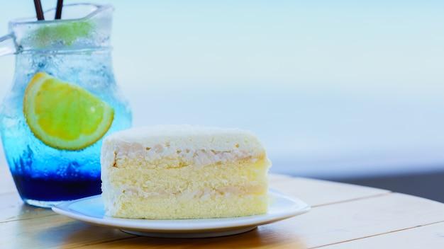 Вкусный сливочный домашний кокосовый торт на деревянном столе
