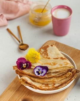 Вкусные блины на тарелках, кофейных кружках. концепция завтрака, десерт, рецепт, французская кухня, масленица.