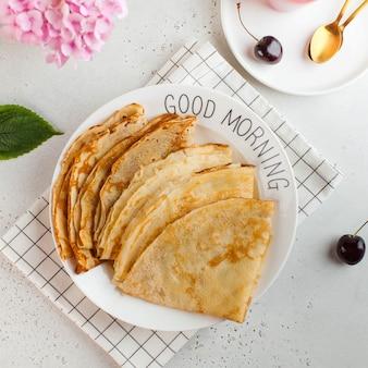 Вкусные блины на тарелках. концепция завтрака, десерт, рецепт, французская кухня, масленица. доброе утро