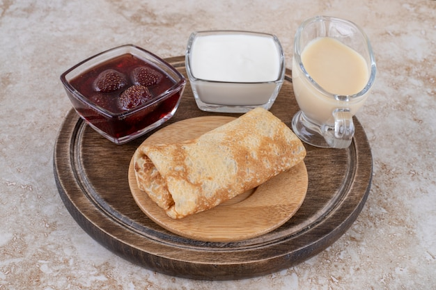 사워 크림과 딸기 잼을 곁들인 맛있는 크레페