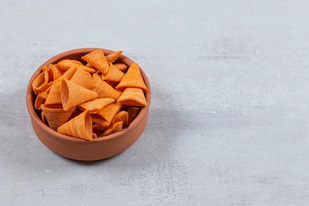 세라믹 그릇에 맛있는 바삭한 크래커.