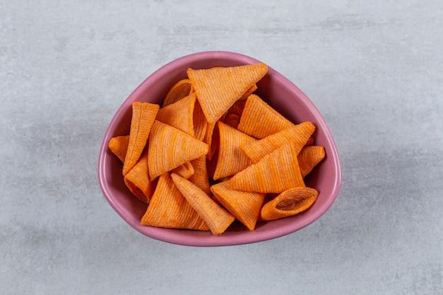 Deliziosi cracker croccanti in ciotola rosa.