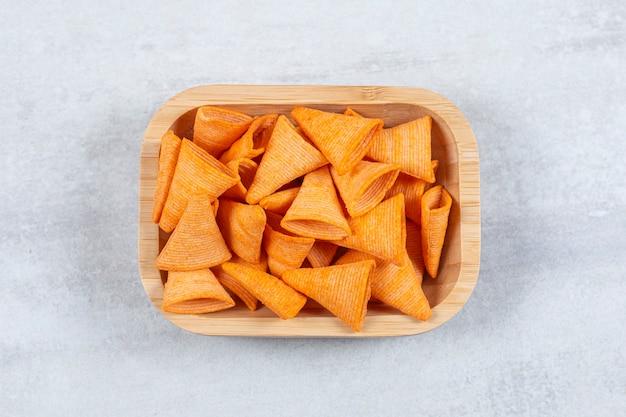 Deliziosi cracker croccanti sul piatto di legno.