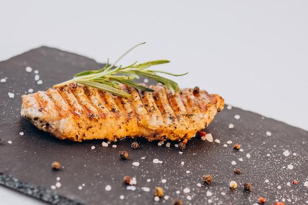 흰색 표면에 고립 된 맛있는 바삭한 프라이드 치킨