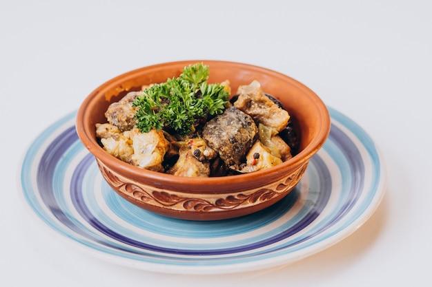 Delizioso pollo fritto croccante isolato sulla superficie bianca
