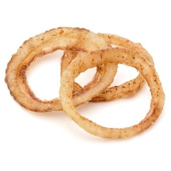 Вкусные хрустящие жареные луковые кольца, изолированные на белом фоне