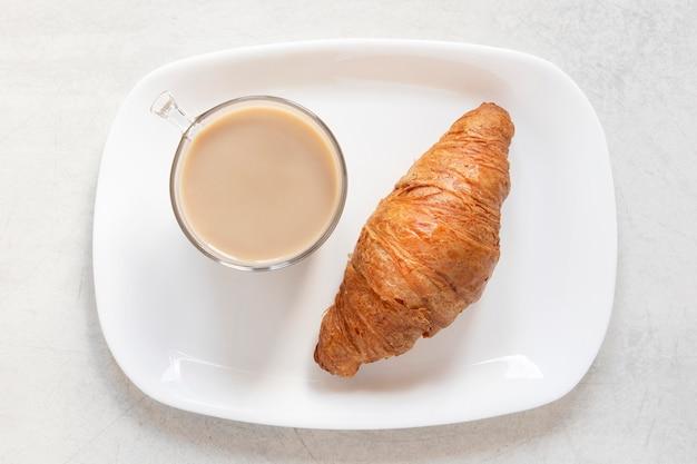 Вкусный круассан и кофе