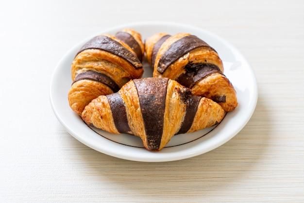 Вкусные круассаны с шоколадом на тарелке