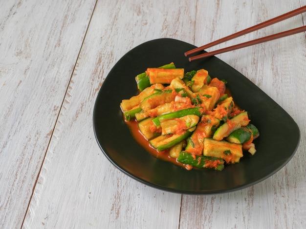 맛있는 오이 김치. 한국 음식 박제 오이 피클.