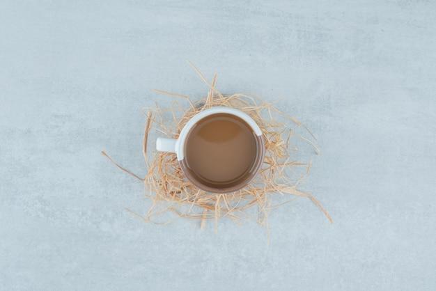 Una deliziosa tazza di caffè aromatizzato sul fieno